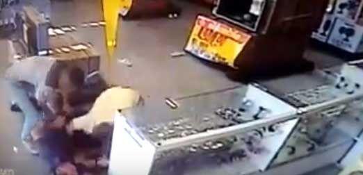 Policial é agredido durante assalto em supermercado