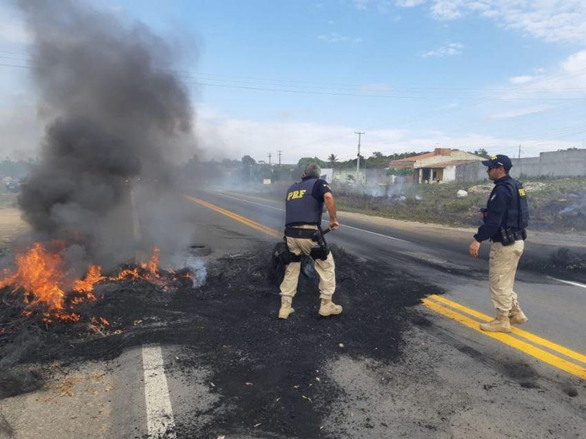 Manifestantes fecham trecho da BR-235 em apelo a liberação de Matadouro